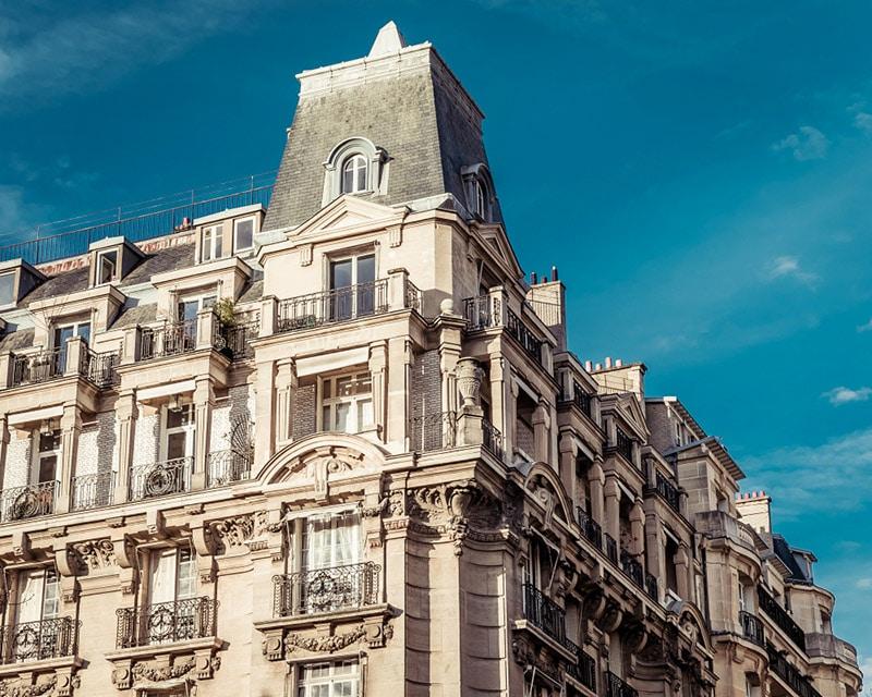 Devanture d'un bâtiment haussemanien dans le 16e arrondissement de Paris